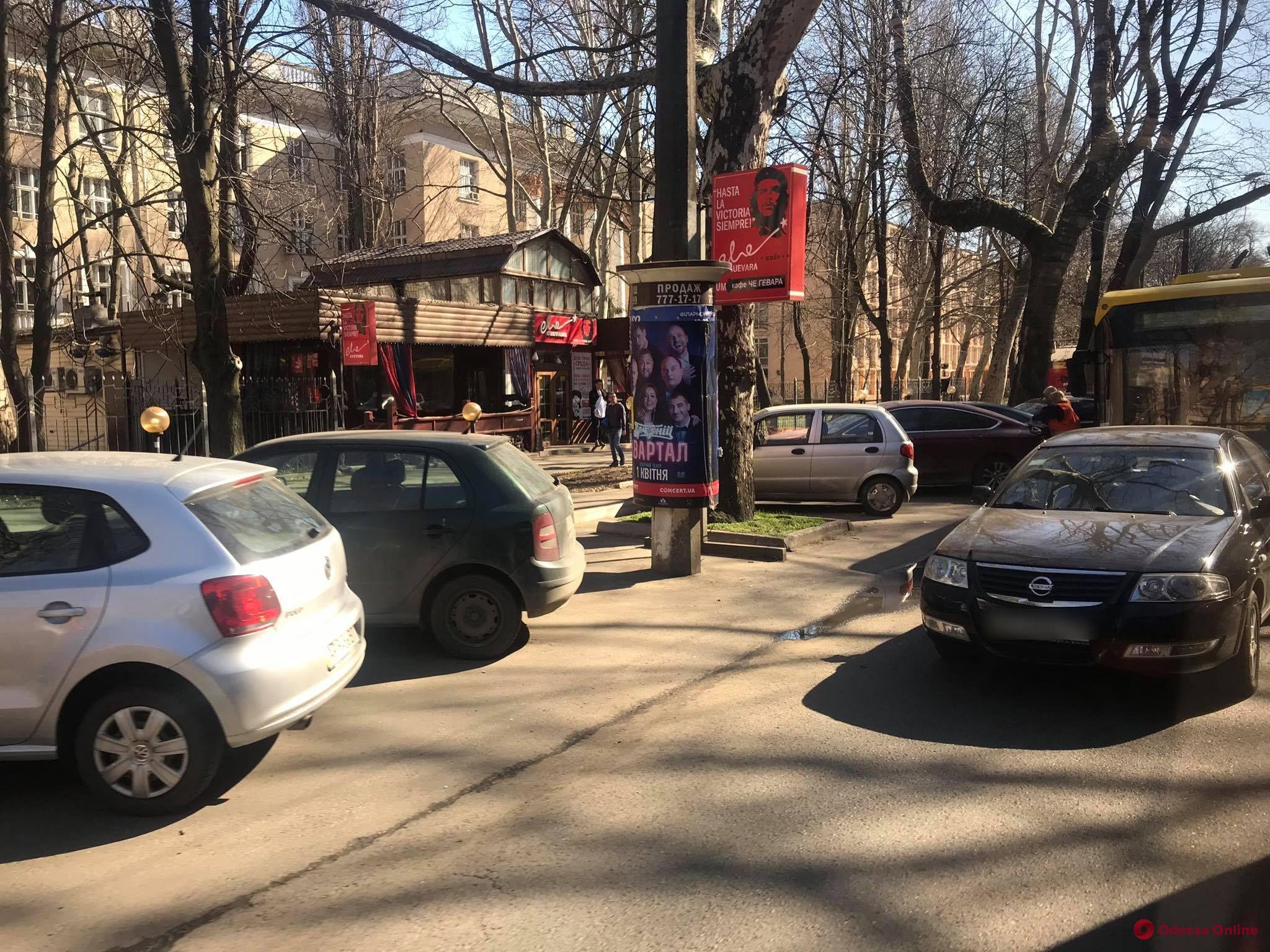 На проспекте Шевченко столкнулись легковушка и троллейбус