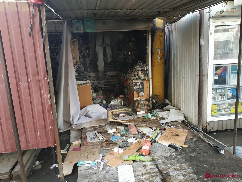 На Привозе тушат пожар (фото, видео, обновляется)