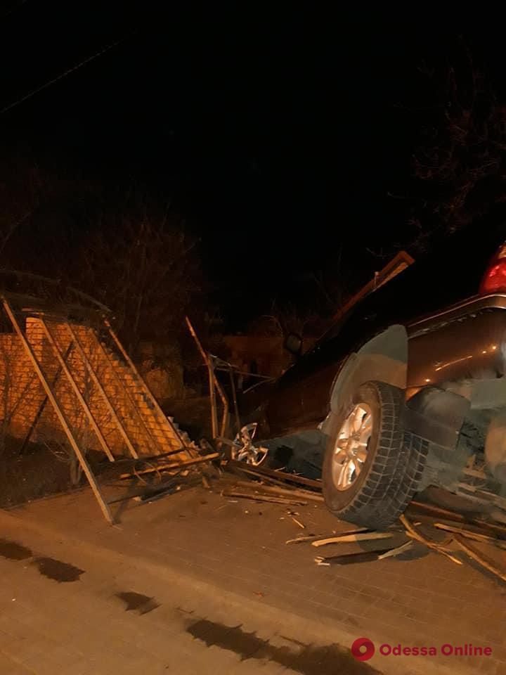 В Совиньоне внедорожник снес остановку и забор (фото)