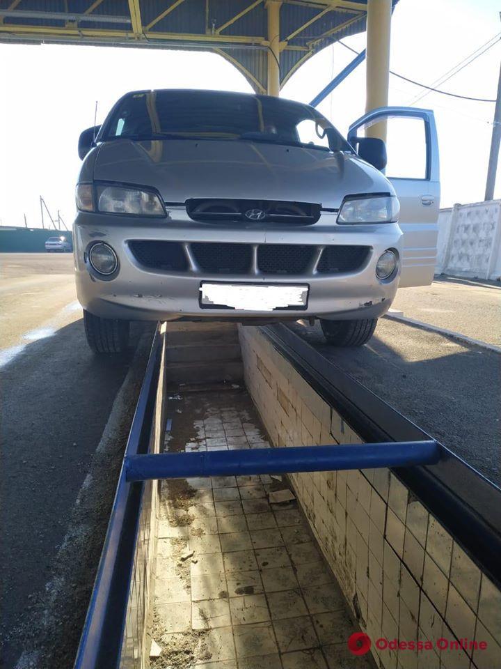 Одесские таможенники обнаружили в машине у «изобретателя» из Молдовы тайник со спиртом (фото, видео)