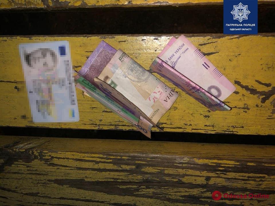 На Молдаванке трое парней пытались откупиться от патрульных за курение «травки» на детской площадке