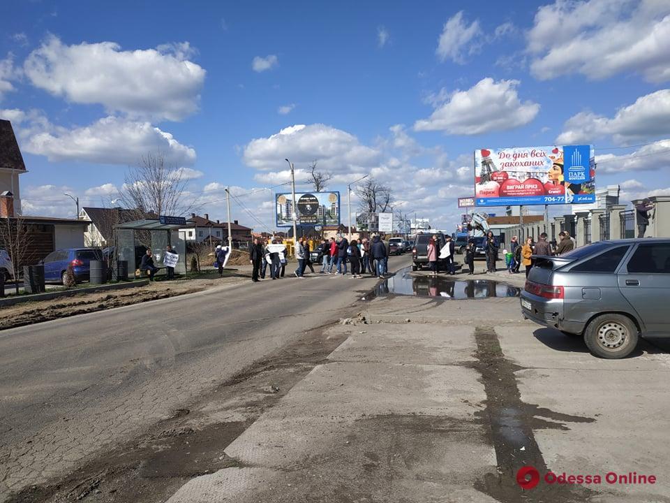 Инвесторы недостроя перекрыли дорогу возле ТРЦ «Ривьера» (фото)