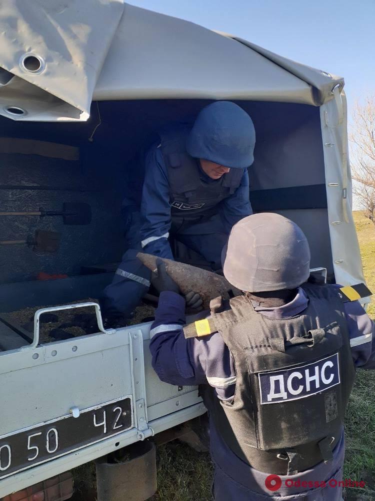 Под Одессой в поле нашли артснаряды и мину