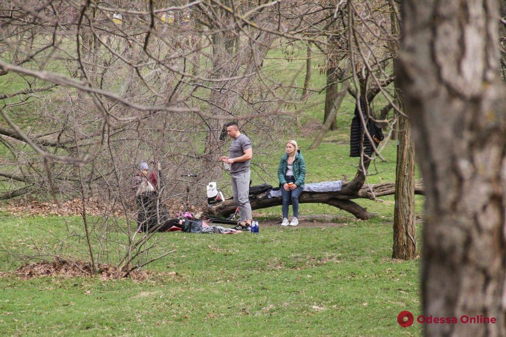 Шашлыки, море и парк: как одесситы проводят пятницу (фоторепортаж)