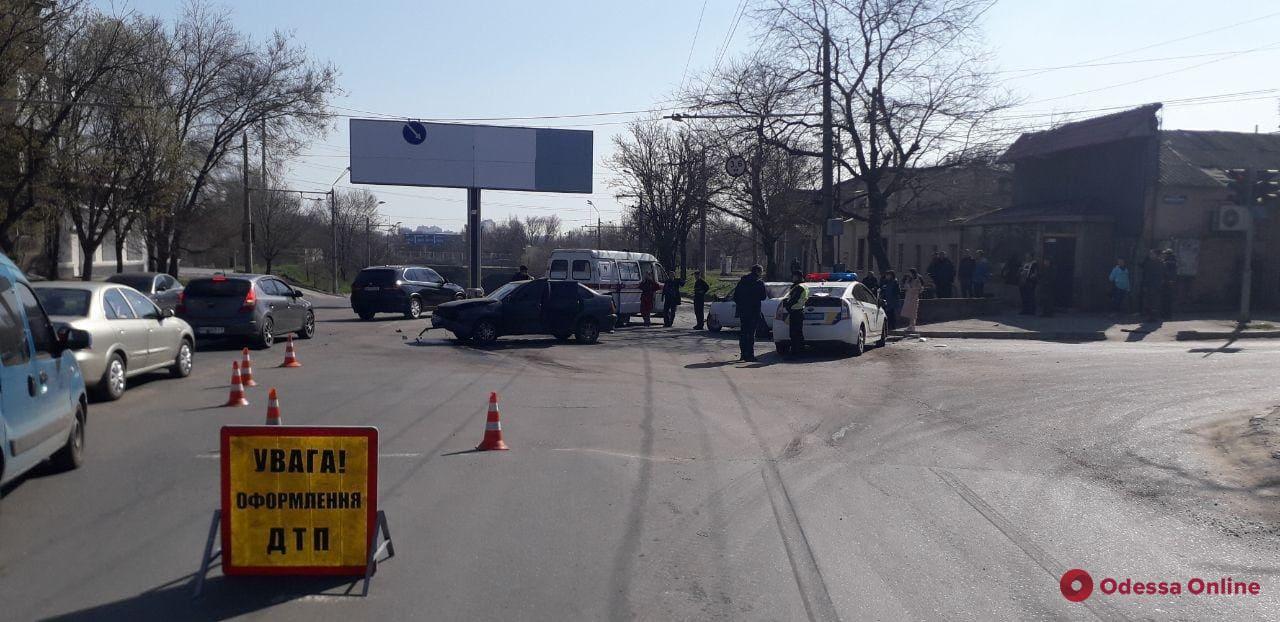 В Одессе столкнулись Mercedes и Volkswagen – есть пострадавшие