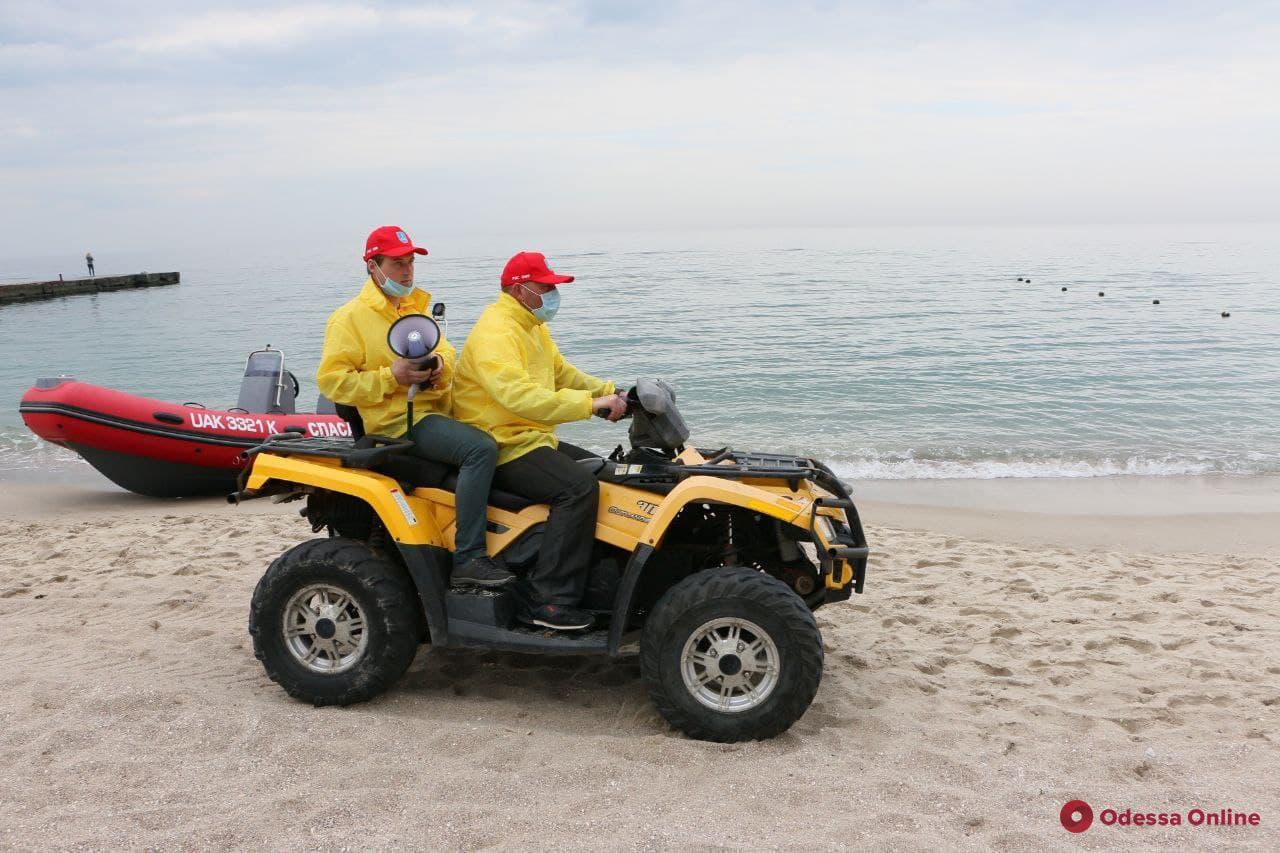 Спасатели на пляжах призывают прогуливающихся одесситов соблюдать карантин (фото, видео)