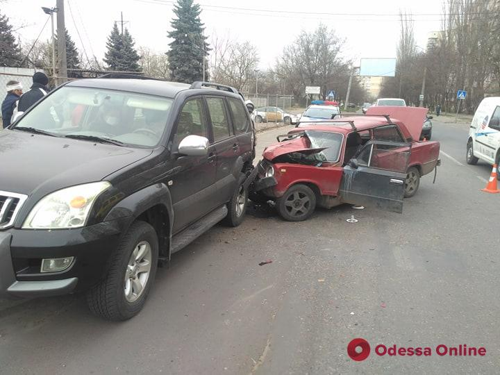 На Таирова легковушка врезалась в припаркованный внедорожник (фото)