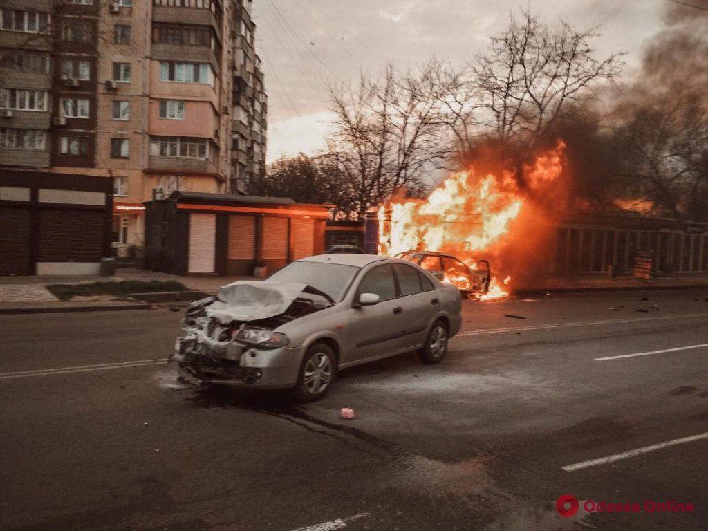 ДТП на Люстдорфской дороге: автомобиль врезался в МАФ и загорелся (обновлено, фото)