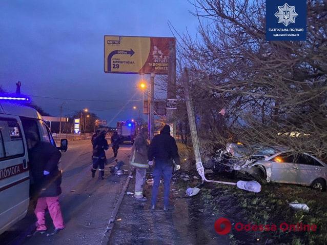 На Овидиопольской дороге Hyundai врезался в столб – водителя из авто доставали патрульные