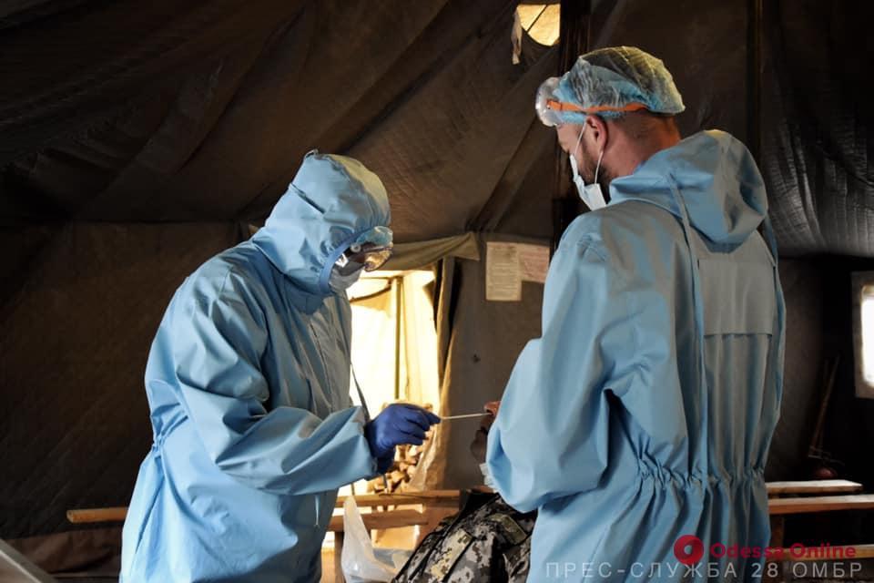 Военнослужащих одесской мехбригады проверяли на коронавирус прямо на фронте