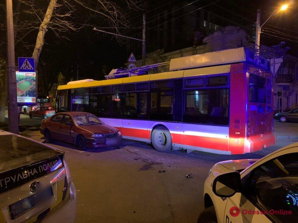 На Адмиральском проспекте столкнулись легковушка и троллейбус — есть пострадавшие