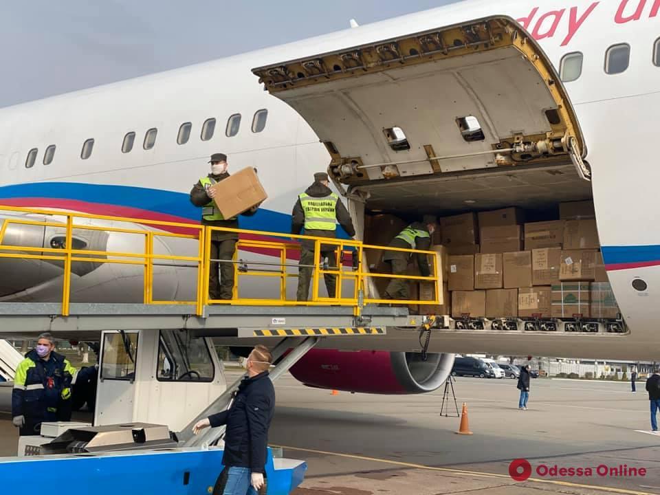 Медицинские маски и защитные костюмы: в Украину прибыл второй самолет из Китая (фото, видео)