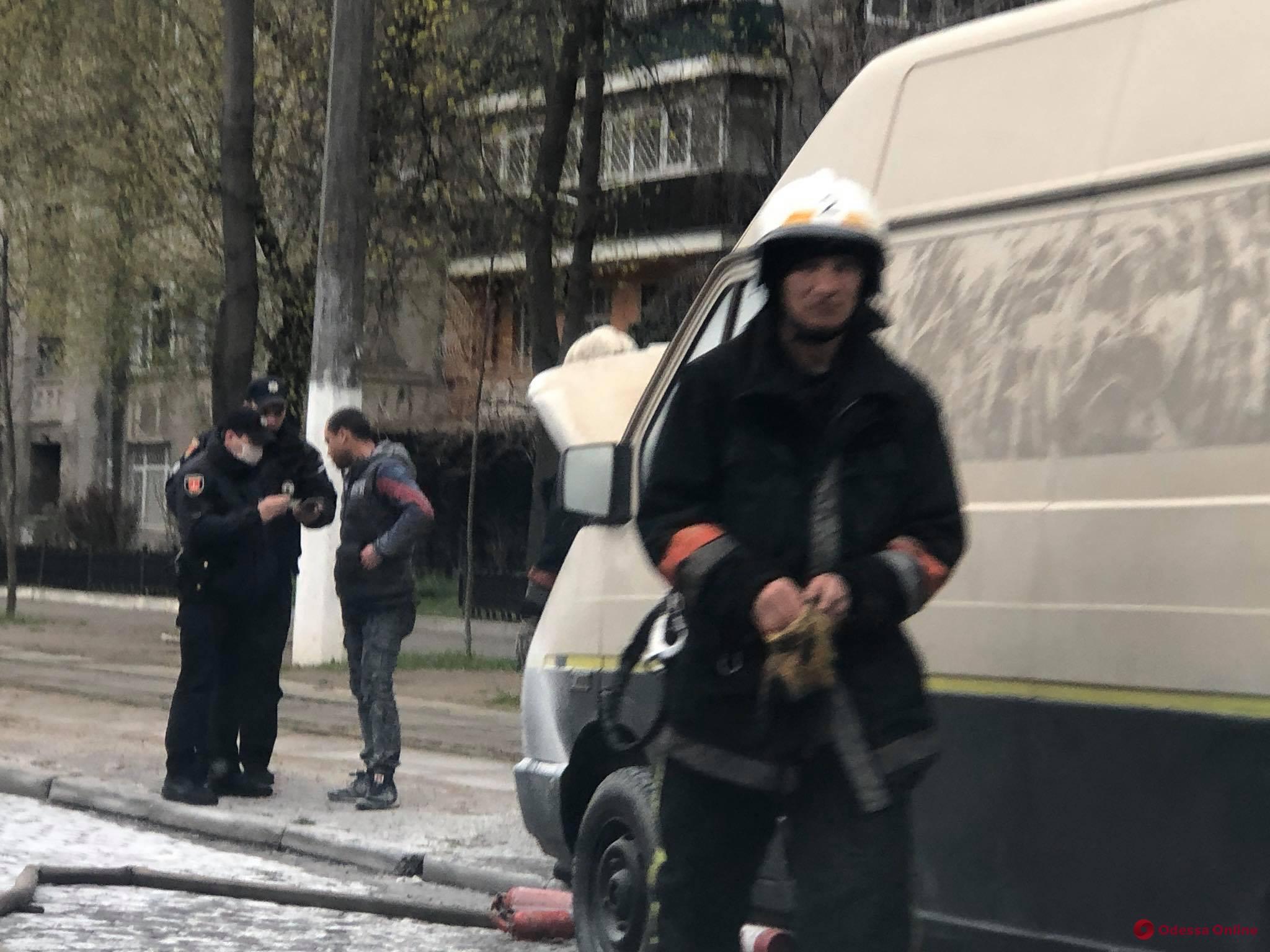 На Французском бульваре горел микроавтобус