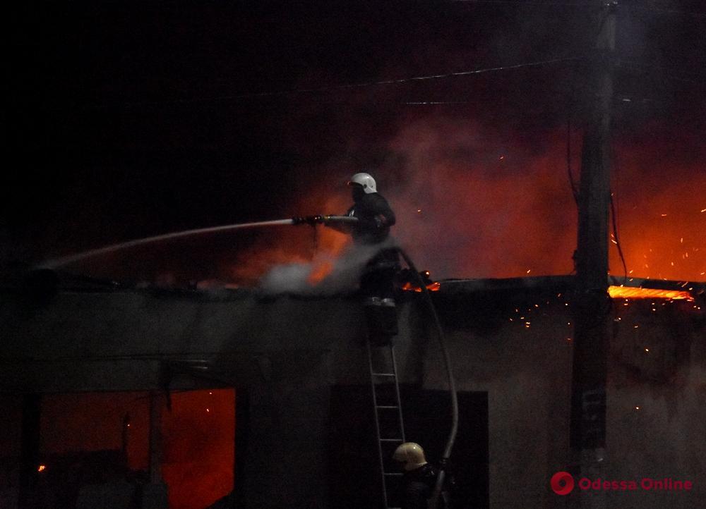 Ночью на пляже «Ланжерон» спасатели тушили пожар (фото)