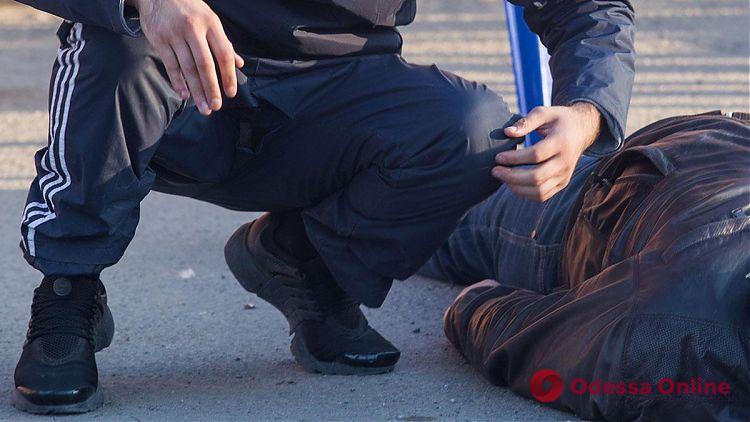 В Одессе трое подростков избили и ограбили мужчину