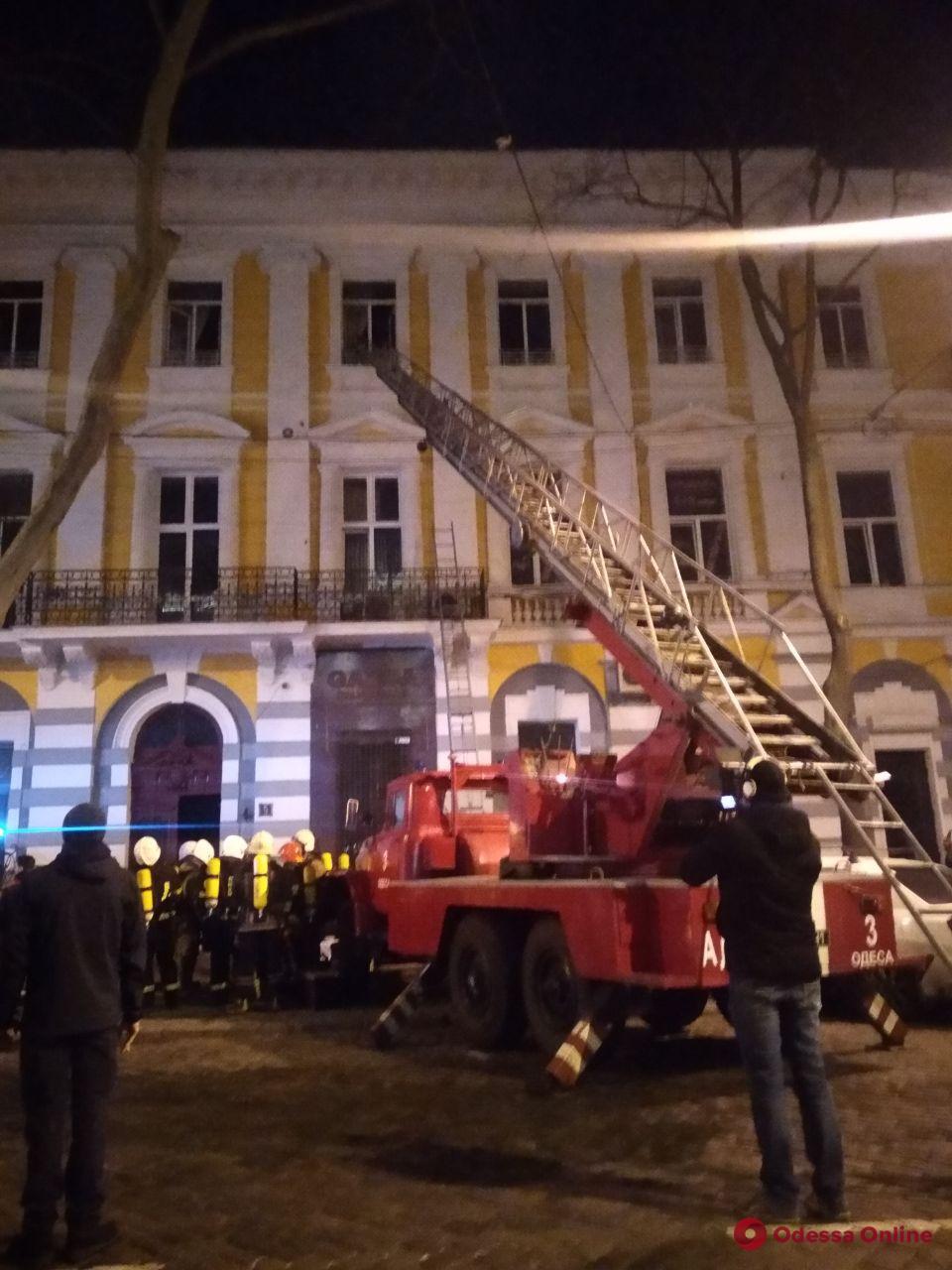 Одесса: на Пушкинской горит жилой дом (обновлено, фото)