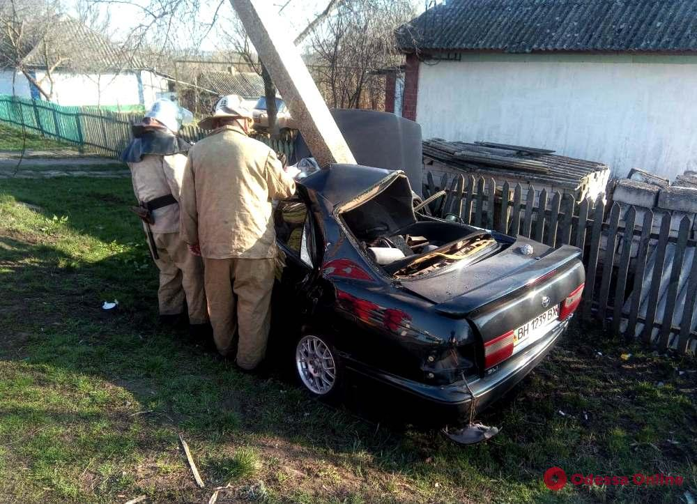 В Одесской области легковушка врезалась в электроопору — водителя доставали спасатели