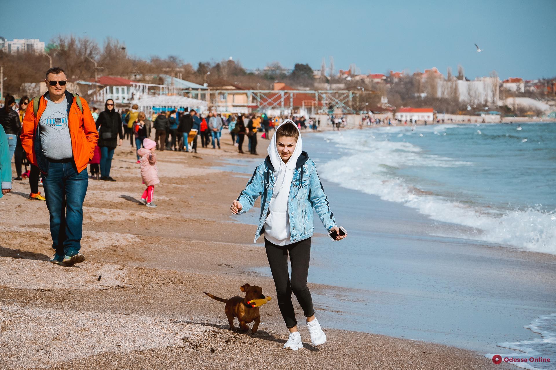 Весенний день на пляже в Лузановке (фоторепортаж)