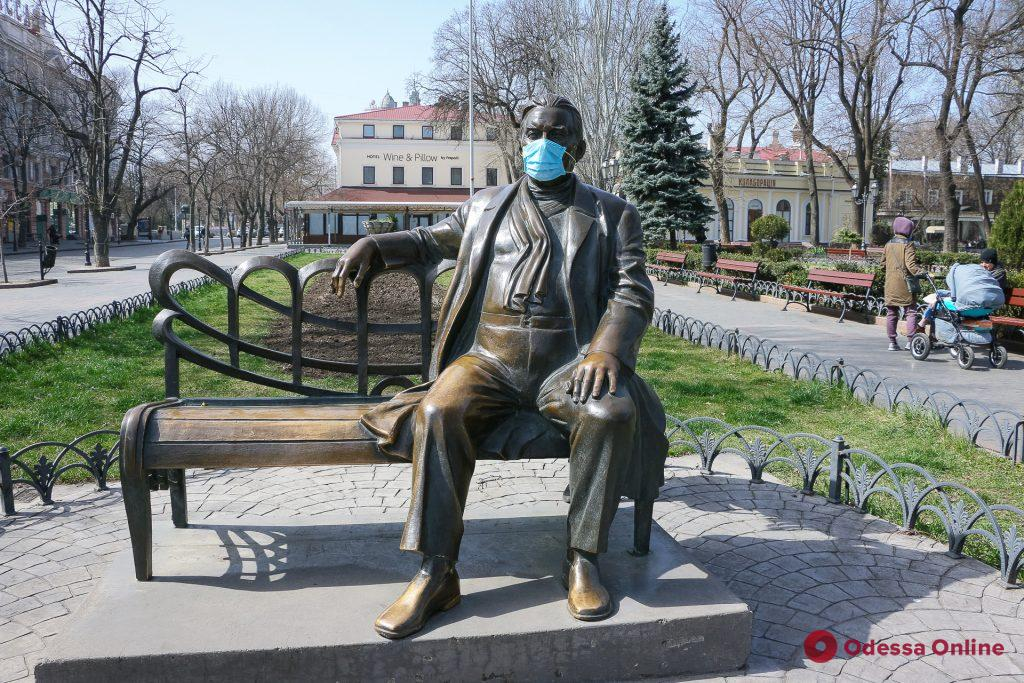 Утесов, Пушкин и тетя Соня: карантин коснулся каждого (фоторепортаж)