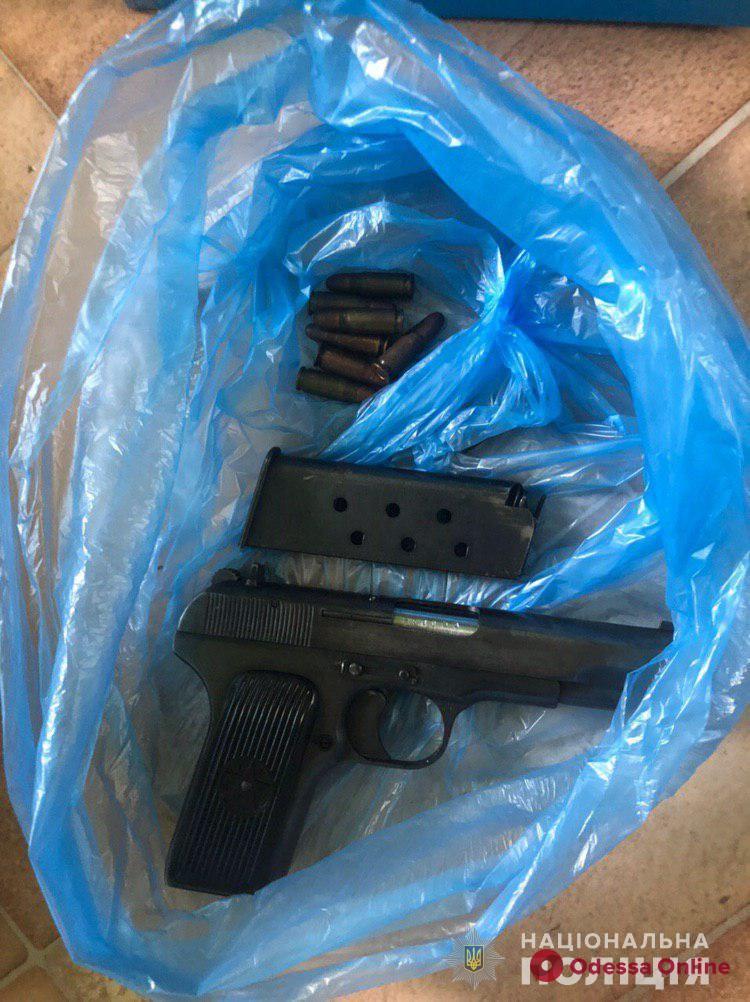 В Одессе у иностранца нашли пистолет и 15 килограммов каннабиса