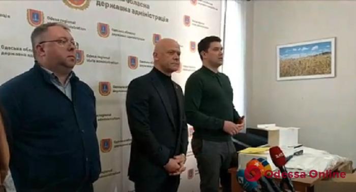 В Одессу привезли экспресс-тесты на коронавирус, маски и спецкостюмы для медиков
