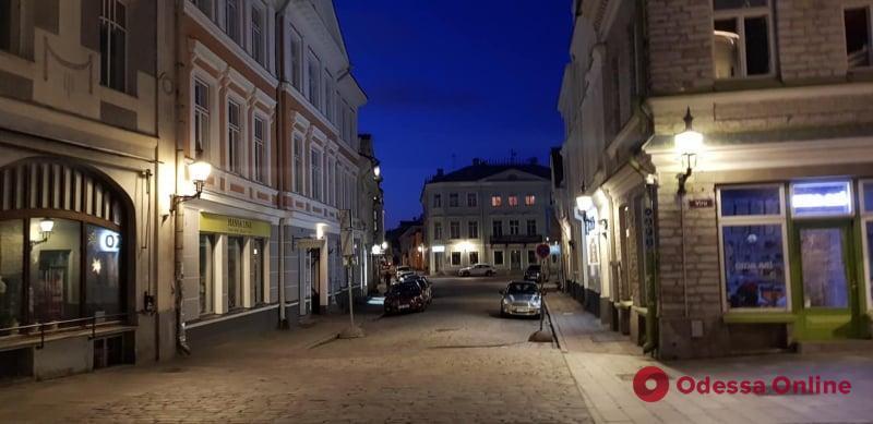 Карантин в Таллинне: законопослушные граждане, бесконтактная доставка, бесплатные трамваи и продавцы в специальных шлемах