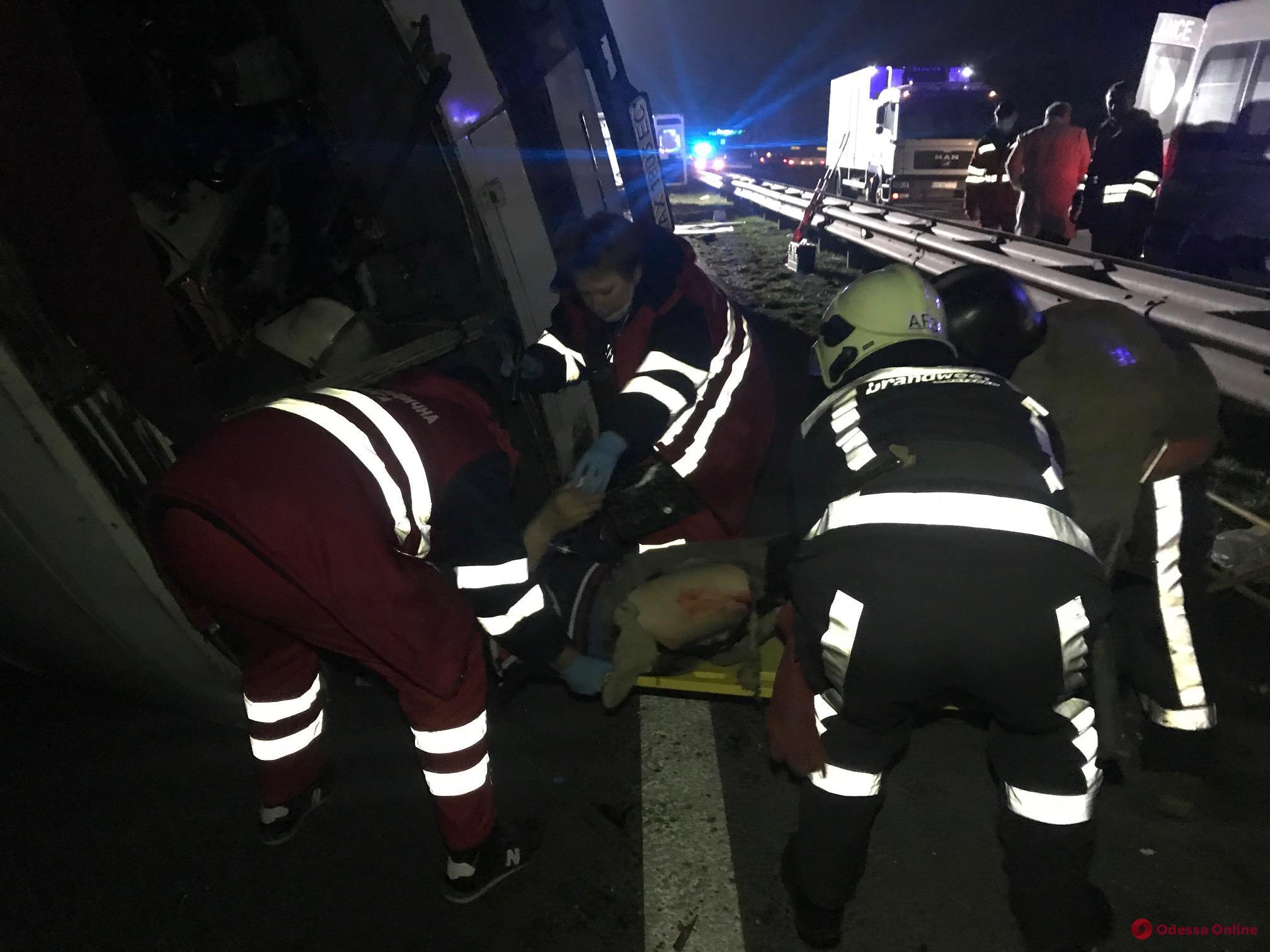 На трассе Киев-Одесса столкнулись грузовик и два автобуса — есть погибшие