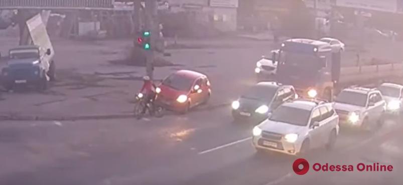 На Таирова «царь дорог» решил показать велосипедисту «кто тут главный» (видео)