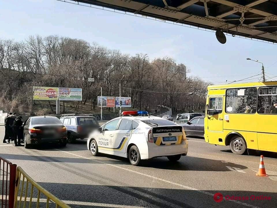 Под Пересыпским мостом столкнулись BMW и «Жигули»
