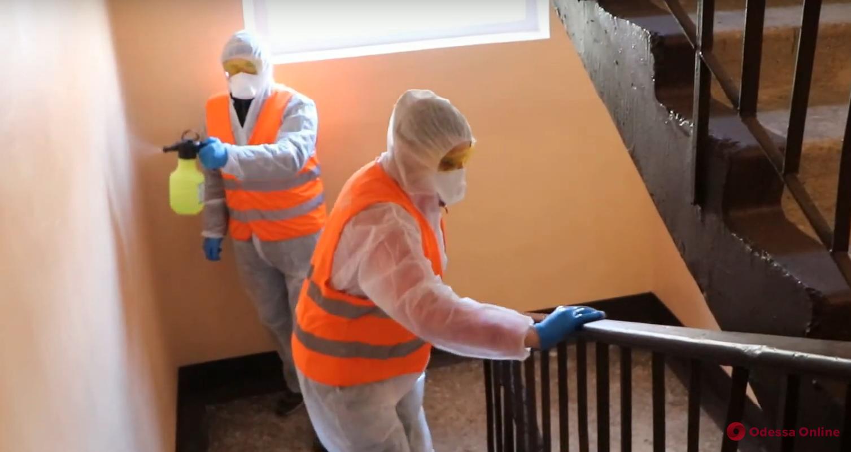 Одесские коммунальщики усердно дезинфицируют детские площадки, подъезды и лавочки (видео)