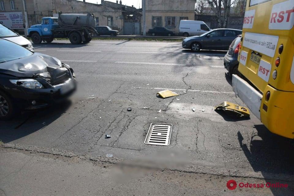 На Николаевской дороге Toyota «догнала» маршрутку (фото)