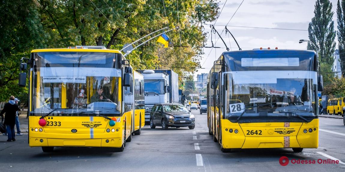 В столице общественный транспорт останавливает пассажирские перевозки (видео, обновлено)