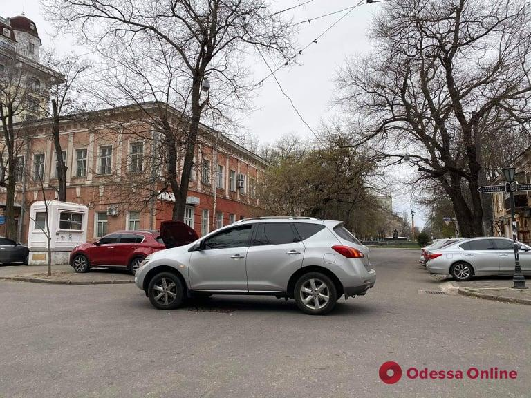В центре Одессы не разминулись Nissan и Peugeot