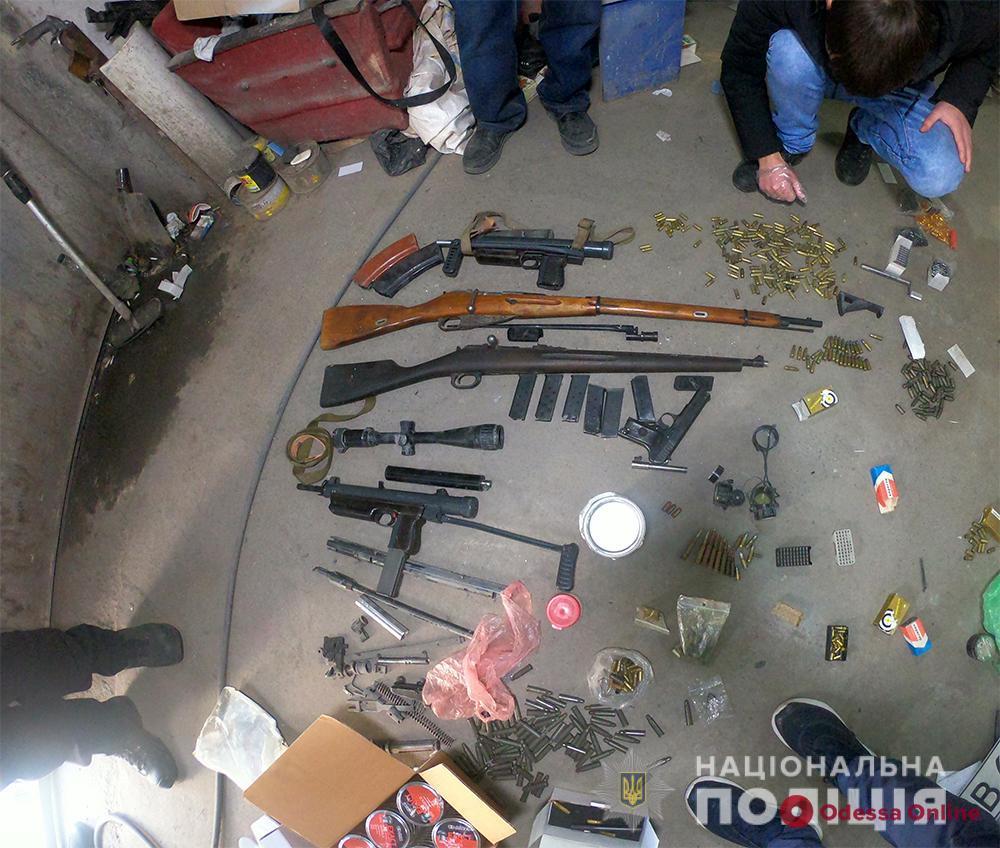 В гараже у жителя Одесской области нашли арсенал оружия и боеприпасов (видео)