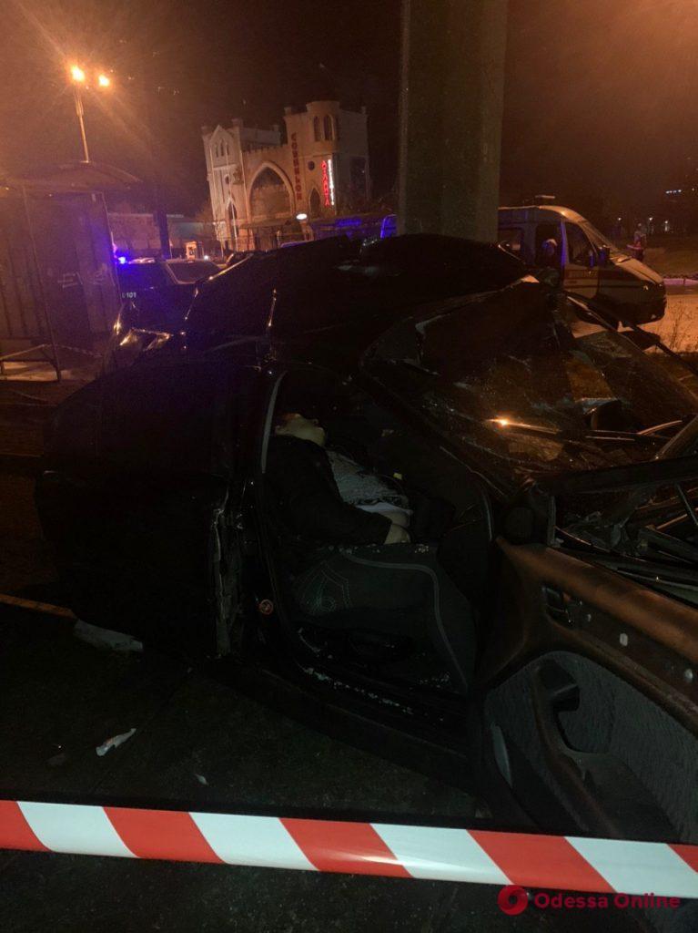 На окраине Одессы BMW въехал в столб: два человека погибли (фото, обновлено)