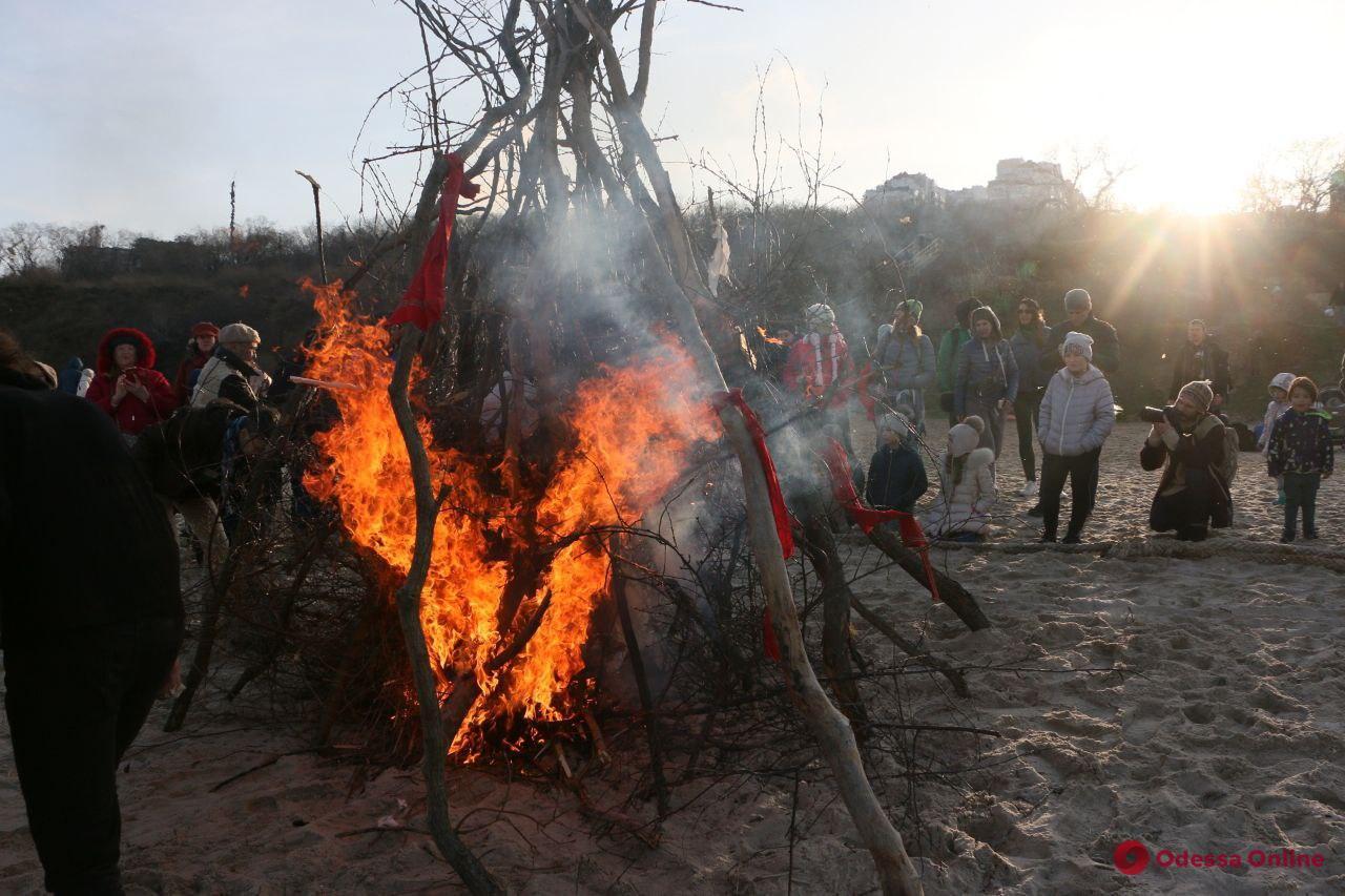 На одесском пляже танцами провожали зиму и сжигали на костре старые вещи (фото, видео)