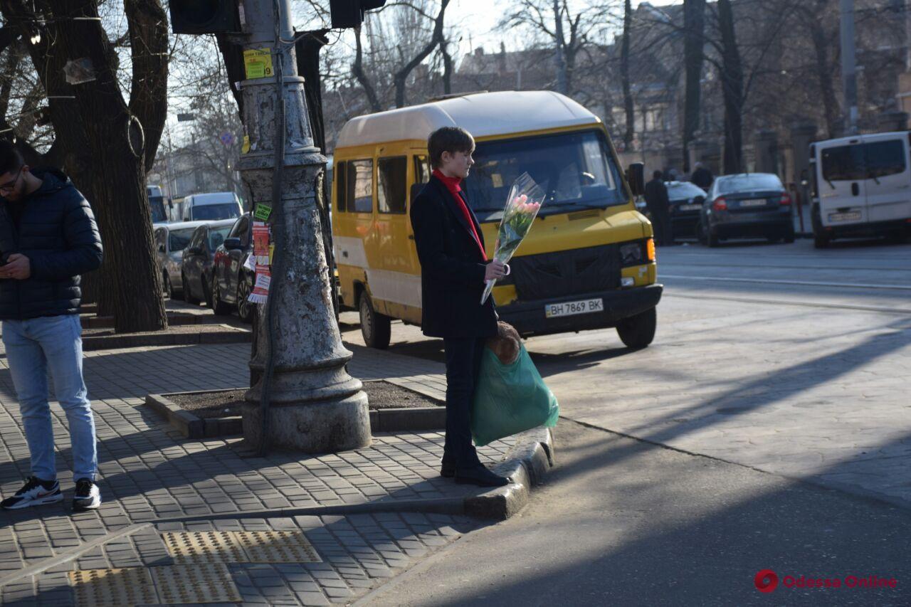 В Одессе мужчины спешат поздравить женщин (фото)