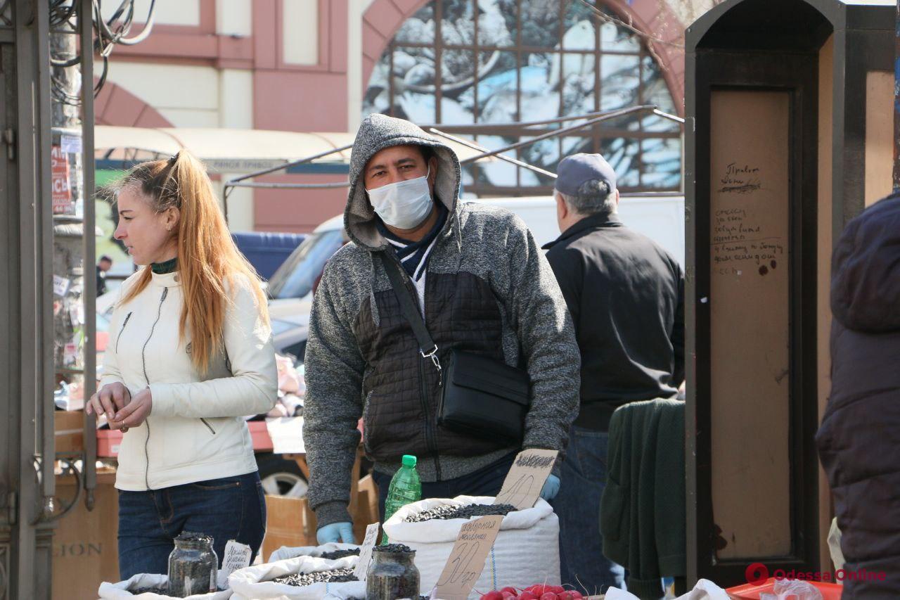 Карантин в Одессе: масочный режим, очереди у отделений банков и отсутствие дефицита в магазинах (фоторепортаж)