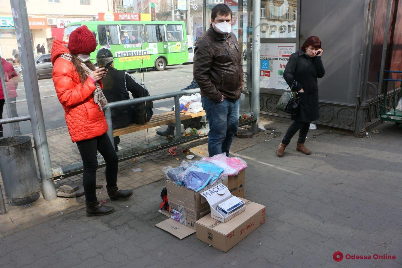 Одесса: шустрый торговец продает маски прямо на улице (фотофакт)