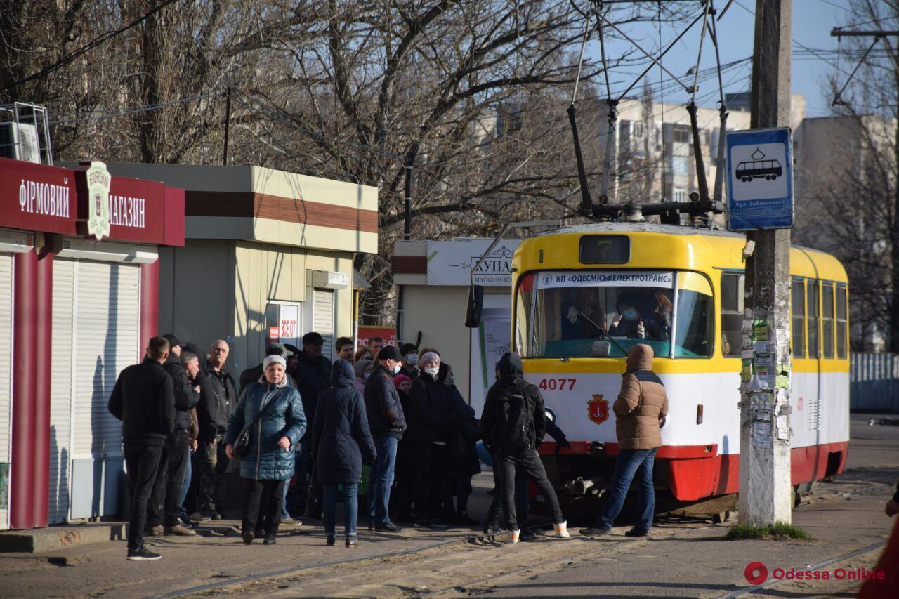 Одесситы блокируют движение трамваев и угрожают водителям (фото)