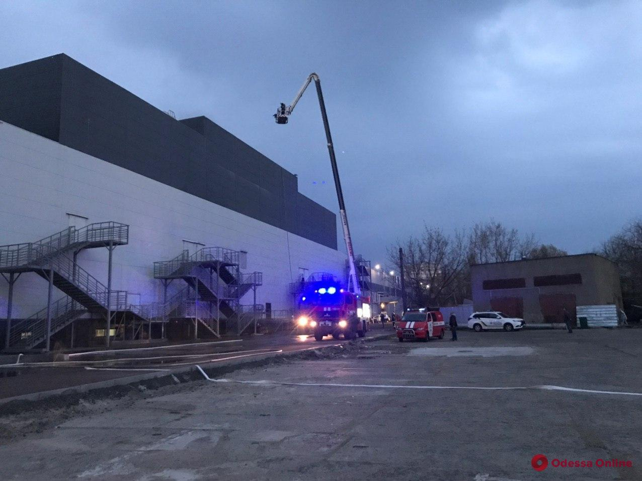 На Таирова произошло возгорание в торговом центре (фото, обновляется)