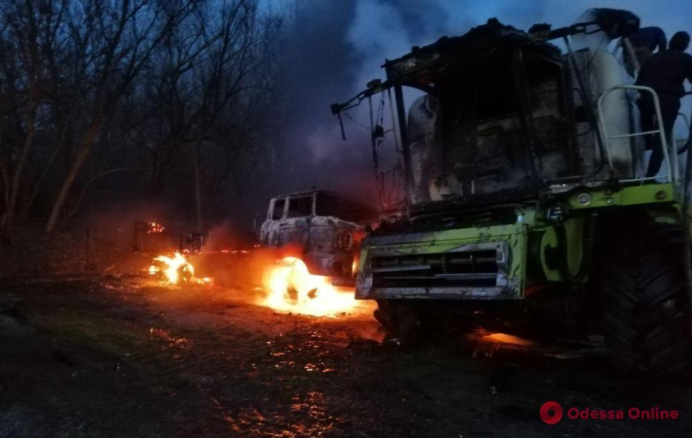 В Одесской области горели два грузовика и зерноуборочный комбайн