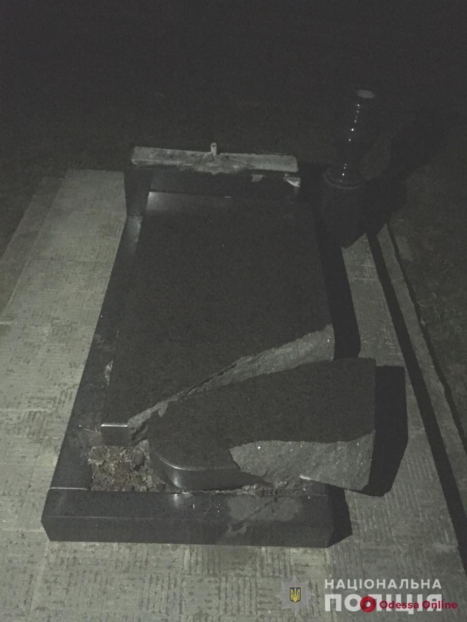 В Одесской области пьяные подростки утроили погром на кладбище