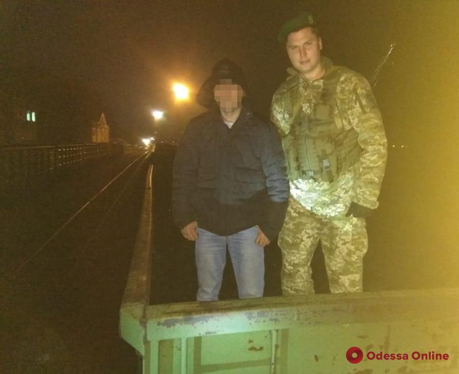 Нелегал из Молдовы пытался попасть в Одесскую область в вагоне с углем (видео)
