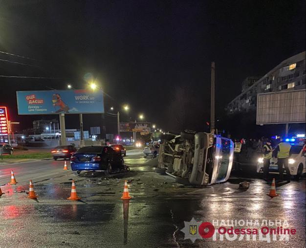 Ночью на поселке Котовского столкнулись BMW и Mercedes Sprinter — пострадали два человека