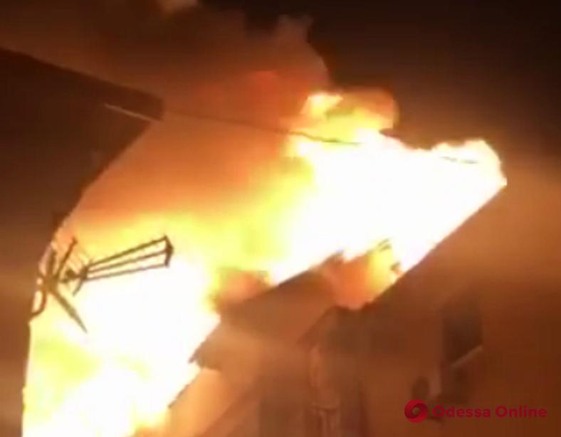 В Затоке на большой площади горит база отдыха (видео, обновлено)