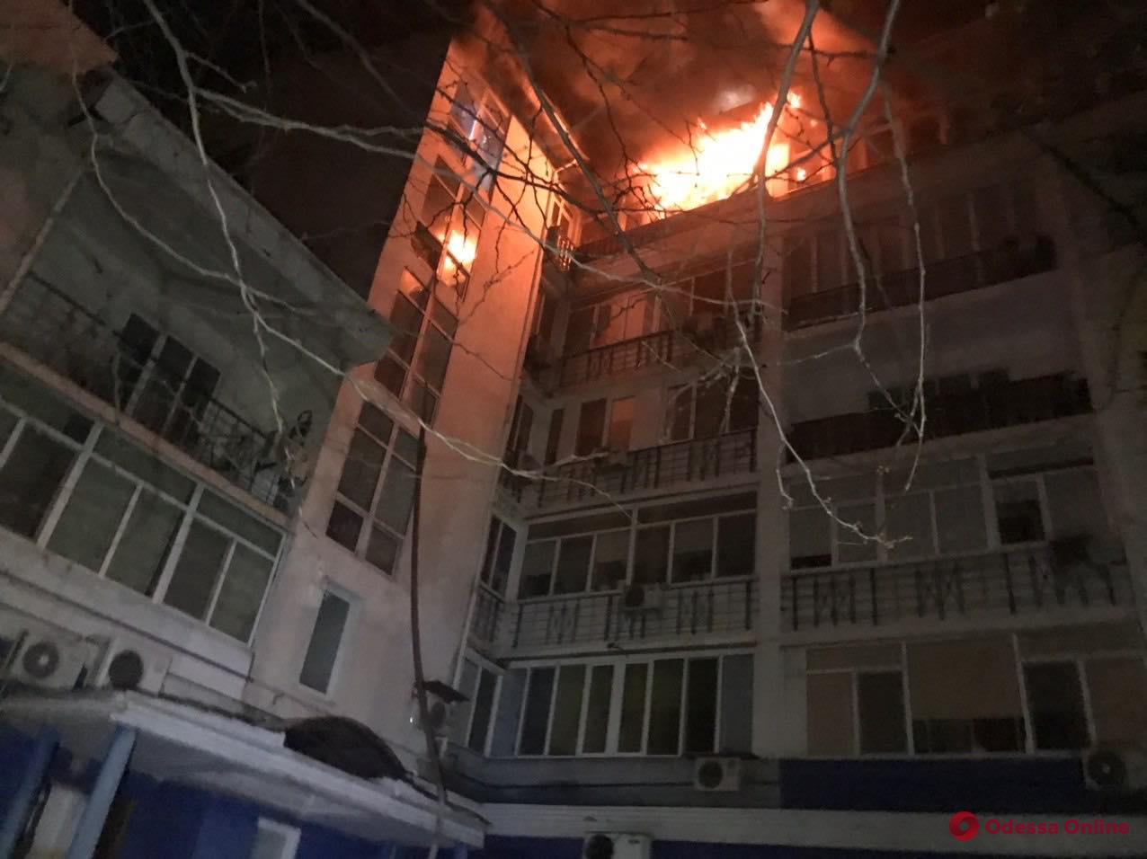 В шестиэтажке на Люстдорфской дороге с ночи тушат сильный пожар (обновлено)