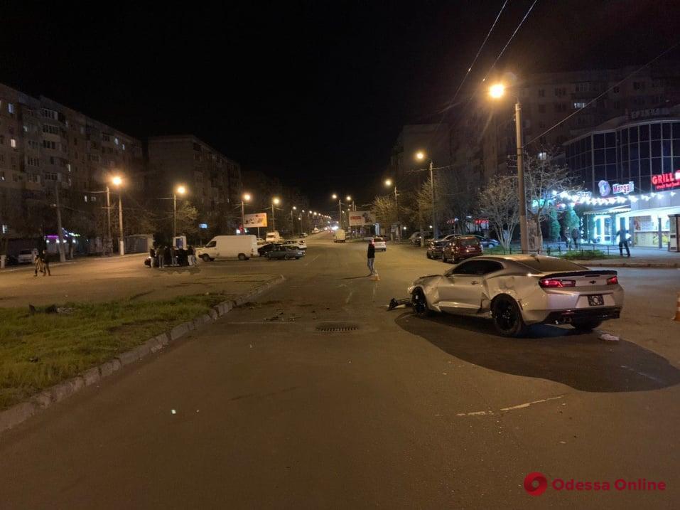 ДТП на Таирова: Chevrolet Camaro перевернулся и перелетел через клумбу