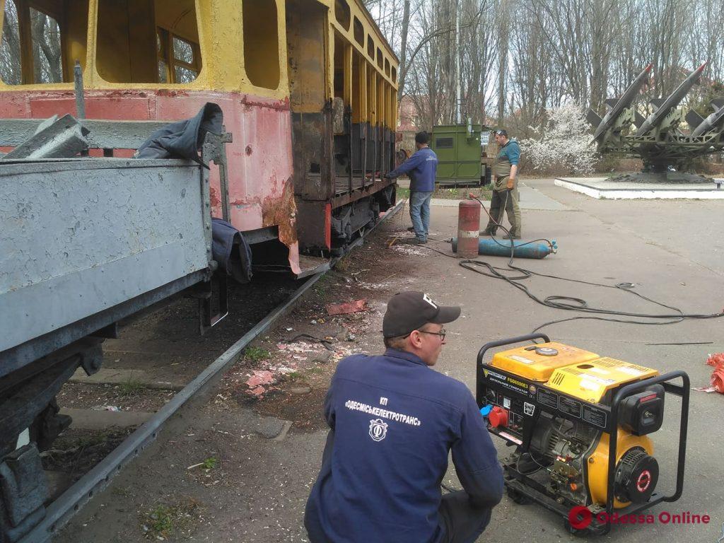 На 411-й батарее ремонтируют трамвай «Одесса-фронт» (фото, видео)
