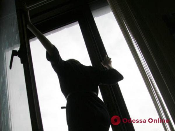 Вытолкнула дочь из окна и выпрыгнула следом: в полиции рассказали подробности трагедии на Черемушках
